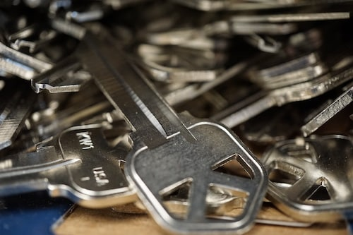 Photo of several kwikset house keys